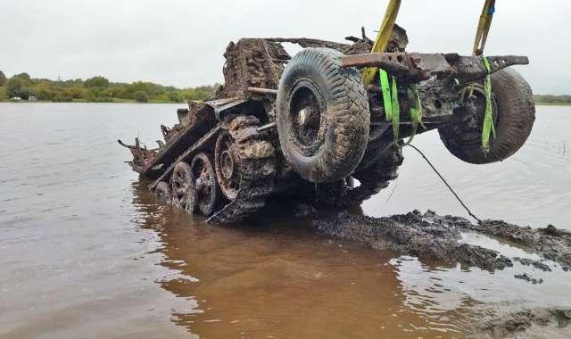 Почти 80 лет тягач пролежал под водой, но его ходовая часть находится в очень хорошем состоянии.