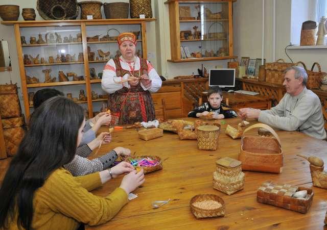 В новгородском Доме народного творчества на мастер-классе по плетению из бересты.