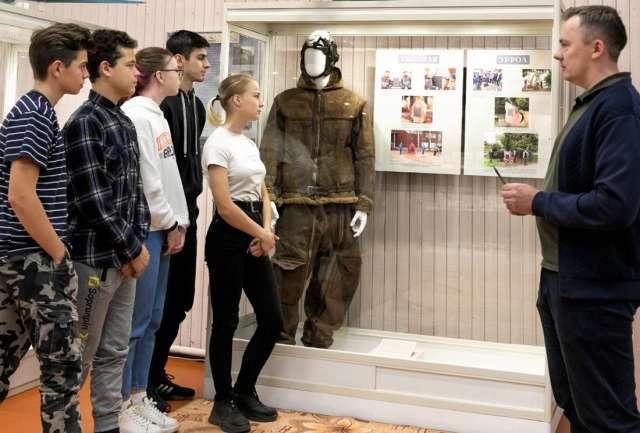 Дмитрий Петров, зам. начальника отдела культуры Хвойнинского округа, проводит первую экскурсию.