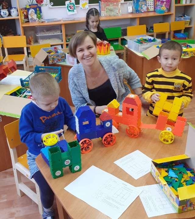 Яна Котова с дошколятами на занятии по ТИКО-моделированию.