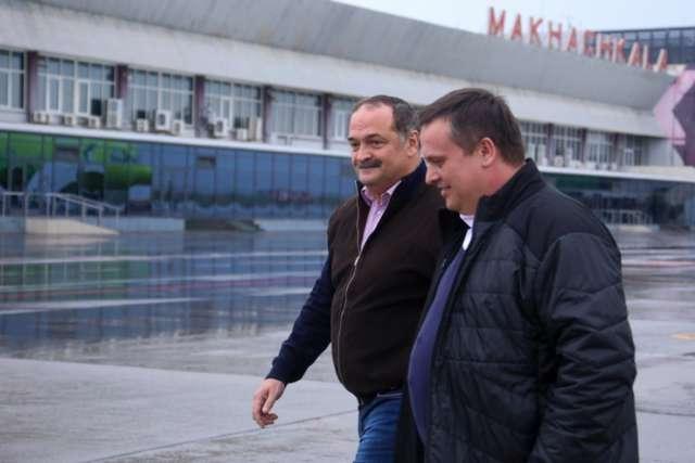 Андрея Никитина в аэропорту Махачкалы встречал врио главы Дагестана Сергей Меликов.