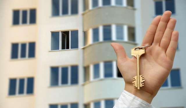 В 2021 году из аварийных домов планируется расселить 700 человек. На начало октября новое жильё получили 464 человека.