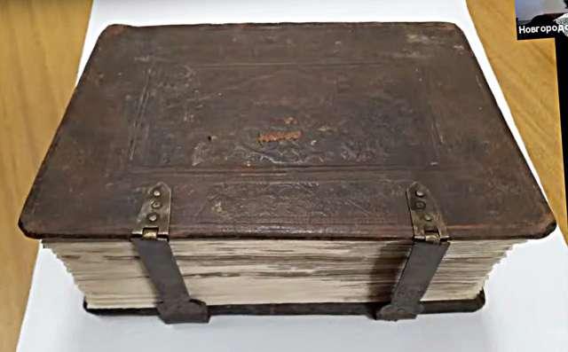 При реставрации Служебника ХVII века в переплёте были найдены фрагменты книги ХIV века.