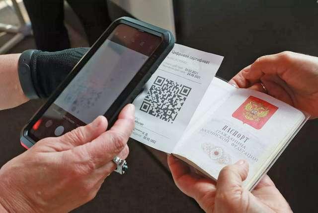 Вместе с QR-кодом нужно предъявить паспорт. Рабочее удостоверение, водительские права в качестве документа, удостоверяющего личность, не принимают.
