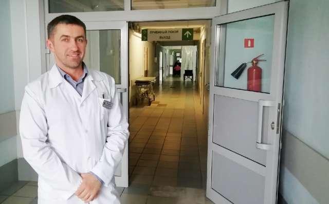 Николай Витвицкий, заведующий приёмно-диагностическим отделением клиники №1 ЦГКБ, говорит, что в борьбе с пандемией усилий одних медиков будет недостаточно.