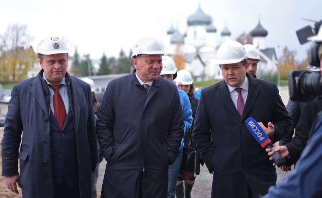 Андрей Никитин и Юрий Боровиков показали и рассказали Юрию Борисову (в центре), как идёт строительство НТШ.