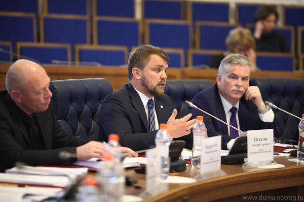 Дмитрий Игнатов (в центре) был самым активным на отчётном заседании