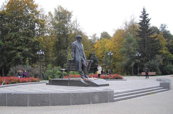Памятник Сергею Рахманинову в Великом Новгороде был открыт 14 июня 2009 года