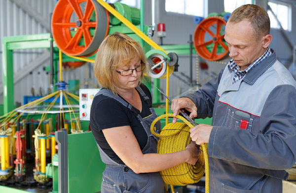 Технолог Наталья Кульшина и технический директор «Петроканата» Дмитрий Антонов проверяют готовую продукцию на соответствие стандартам