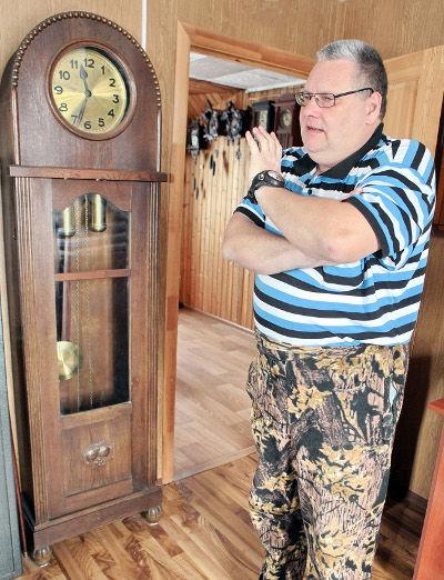 Часы фирмы Fridrich Mauthe – классика немецких напольных часов 1910 года – стали для Дмитрия Корниенко семейными