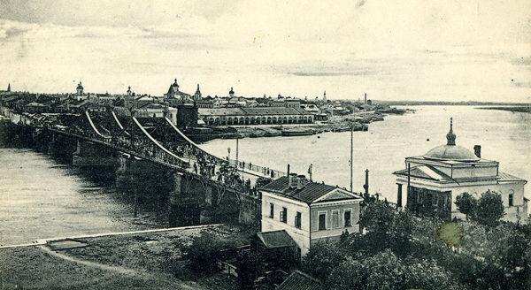 Так выглядел Волховский мост в ХIХ веке. Часовни Чудного креста (справа) современному городу всё-таки не хватает