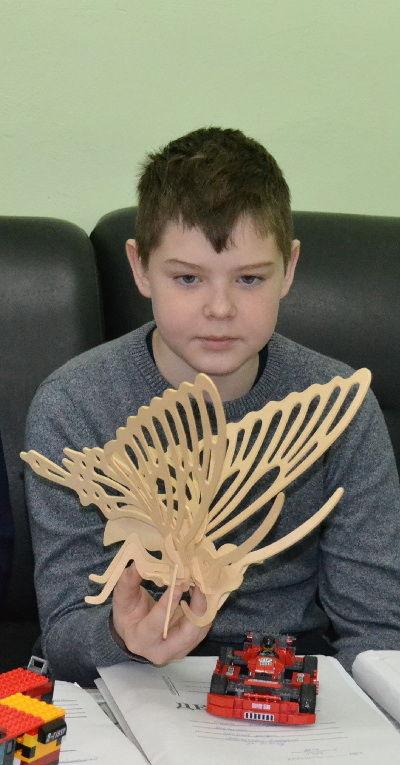 Вадиму Григорьеву больше всего нравится работать с деревом. Дома он мастерит вместе с папой
