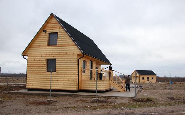 Новые современные дома украшают деревню