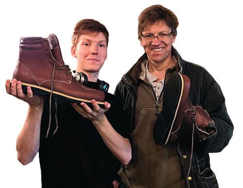 Игнат и Василий Юдины со своей продукцией самого большого — 55-го размера