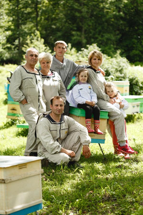 Семья Жеребцовых-Агафоновых на своей пасеке. В пчеловодстве потомственные династии – привычное дело