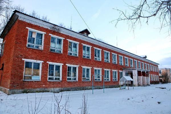 Здание школы боровичане отстояли. Но, может, пора привести его в порядок под нужды жителей?