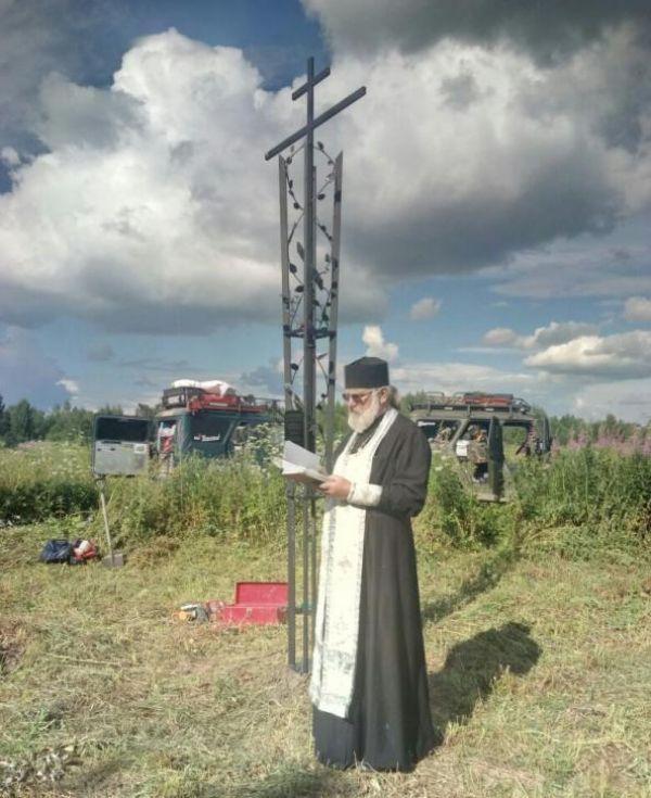 Для освящения поклонного креста в Замостье участники петербургского автоклуба привезли батюшку