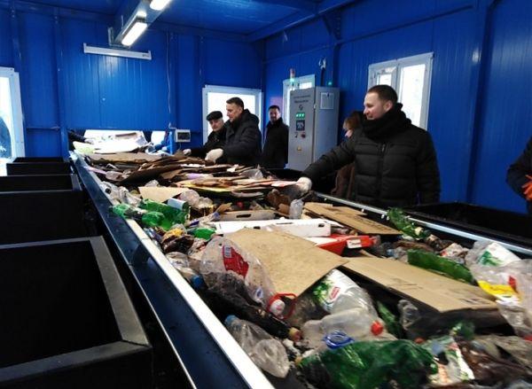 Во время церемонии торжественного открытия прошел первый запуск мусоросортировочного комплекса. Участники встречи попробовали свои силы в сортировке отходов.