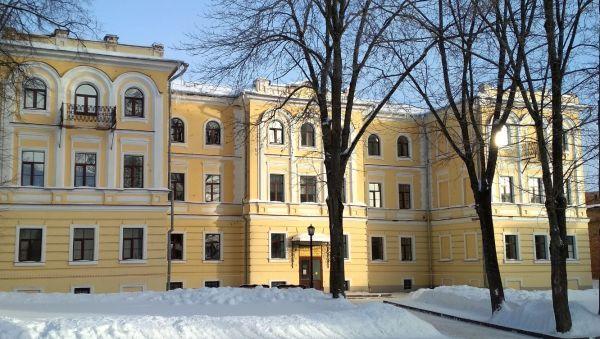 Сейчас музыкальное отделение областного колледжа искусств располагается в здании бывшего Духовного училища в Новгородском кремле