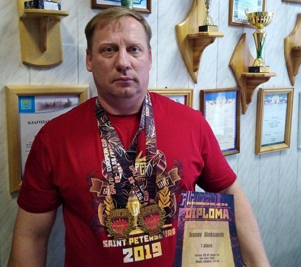 Выжав штангу весом 247,5 кг, Александр установил рекорд мира и Европы по жиму штанги лежа среди ветеранов 40-49 лет.