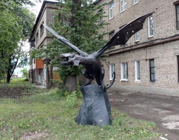 Стальной зверь появился на одной из улиц в Великом Новгороде и может скоро «улететь».