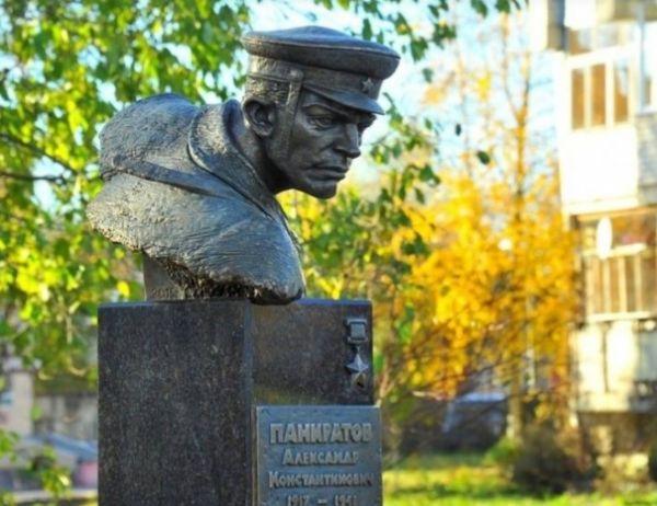 24 августа 1941 года во время обороны Новгорода погиб младший политрук Александр Панкратов.