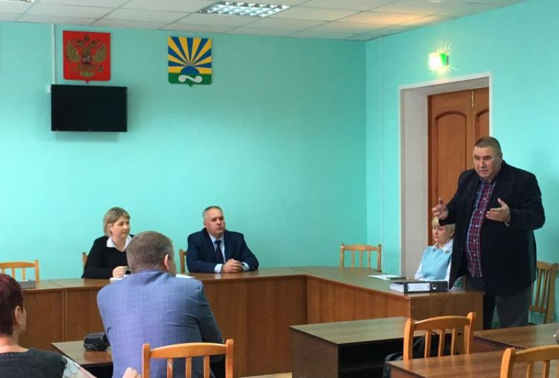 Вадим Ладягин рассказывает о проведенном обследовании состояния зданий лечебных учреждений в Окуловском районе.