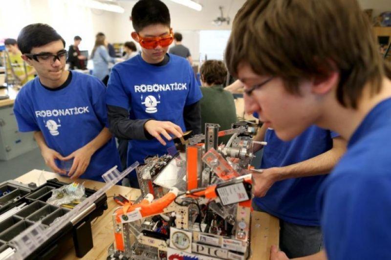В соревнованиях примут участие юные робототехники.