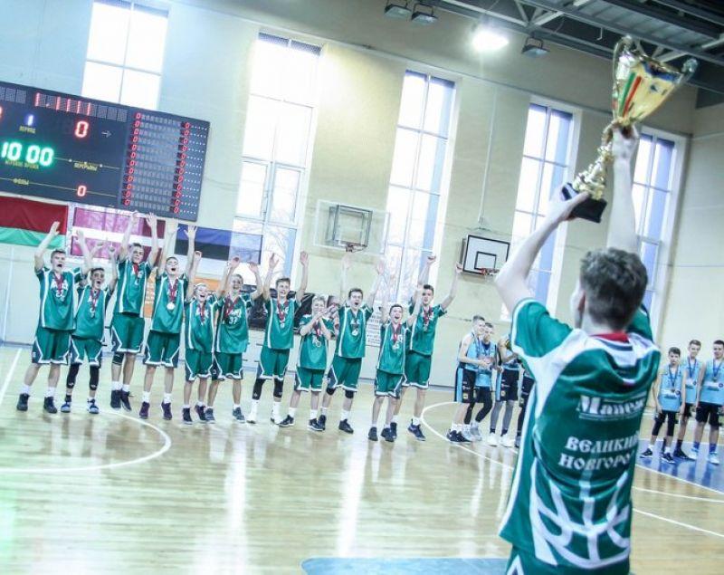 Тренер новгородской команды Александр Романов отметил командную игру своих воспитанников.