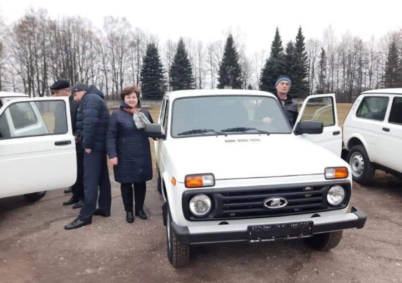 Автомобили «Нива» передали трём поселениям и микроавтобус «ГАЗель» – Дому культуры.