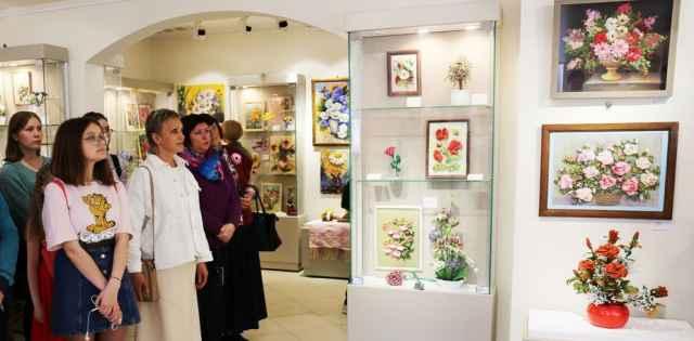 В областном ДНТ на региональной выставке «Страна цветов» вышитым валдайский картинам был отдан целый зал