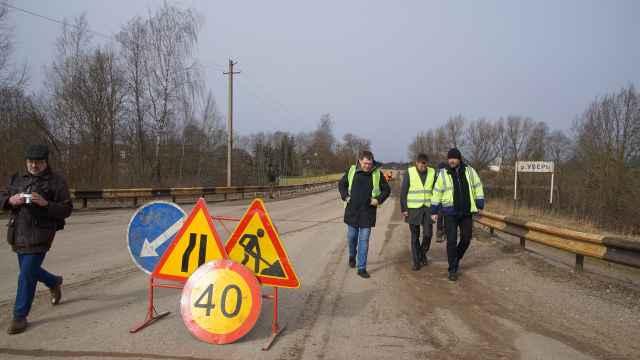 Председатель правительства Новгородской области Станислав Шульцев  проконтролировал ремонт дороги в Мошенском районе.