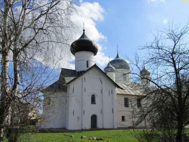 В 1366-67 годах в Новгород вновь пришла чума. И для избавления от нее «по обету» был поставлен деревянный «обыденный» храм