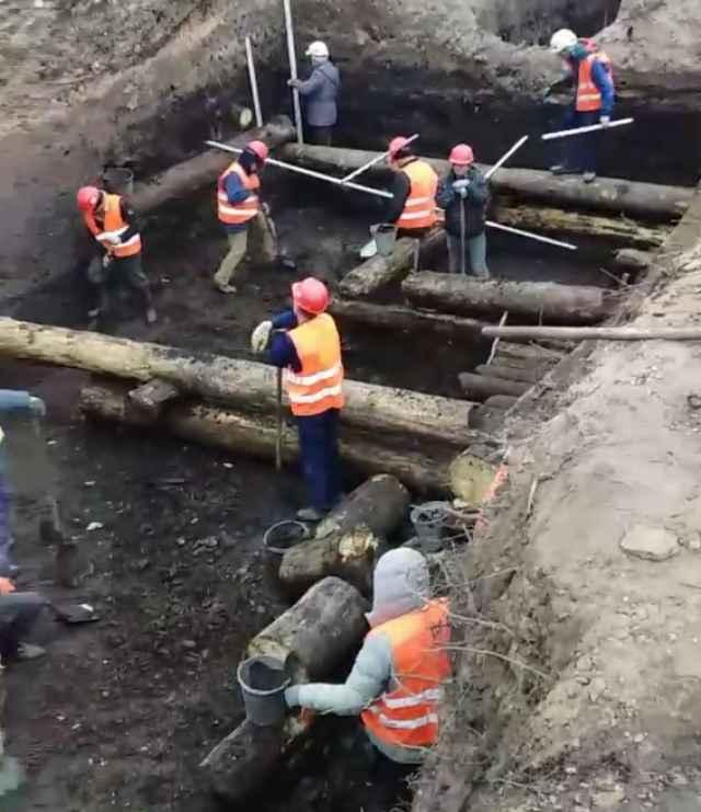 Рабочий момент археологических раскопок на Софийской набережной.