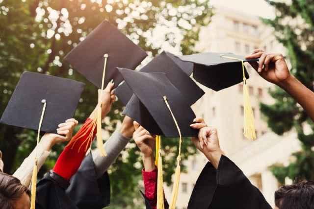 Глава Минобрнауки Валерий Фальков сообщил, что в онлайн-выпускном примут участие все университеты.