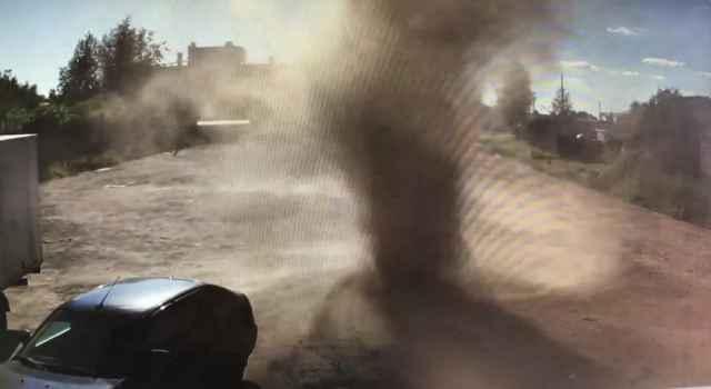 На видео видно, как ветер закручивает в столб пыль с площадки, используемой под парковку