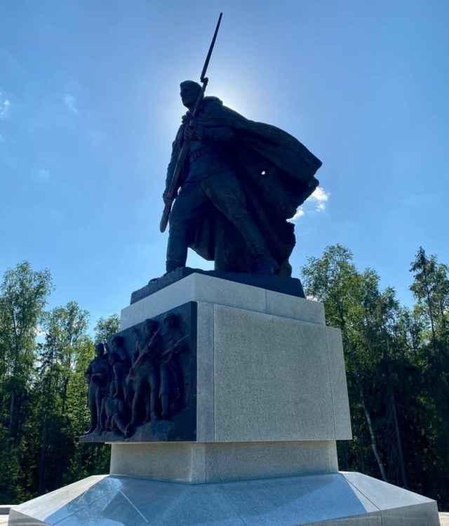 Доминантой мемориала является бронзовый монумент – скульптура устремленного вперед красноармейца.