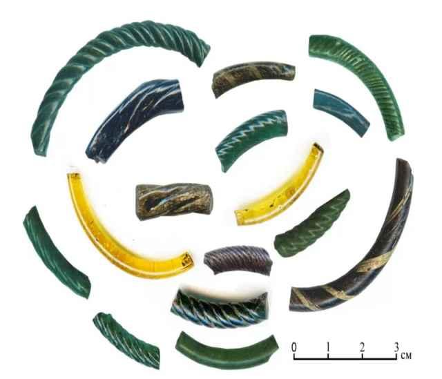 Обломки стеклянных браслетов – характерная особенность раскопок в слоях конца XIII века – начала XIV века в Великом Новгороде и Старой Руссе.