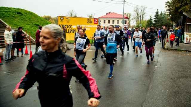 Спортсмены и любители бега  преодолевали одну из выбранных дистанций в любом месте и регистрировали результат с трекера в судейской коллегии.