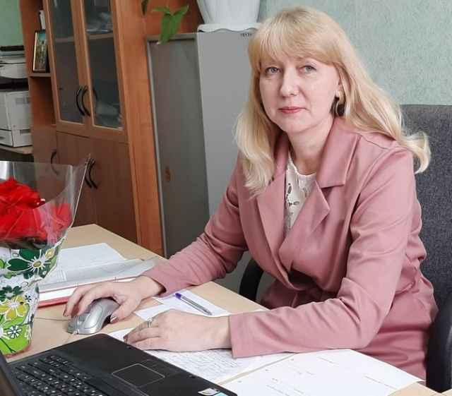 Светлана Дикарева — кандидат педагогических наук. У неё 25 лет педагогического стажа, из которых 17 она преподает английский и немецкий языки в Новгородском агротехническом техникуме.