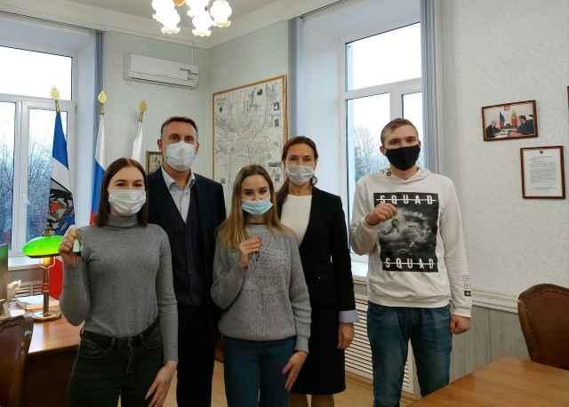 Новый год в своих квартирах встретят три студента из Старой Руссы