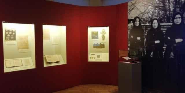 Помимо музейных экспонатов, на выставке можно увидеть коллекцию предметов, предоставленную действующей Новгородской поморской старообрядческой общиной.