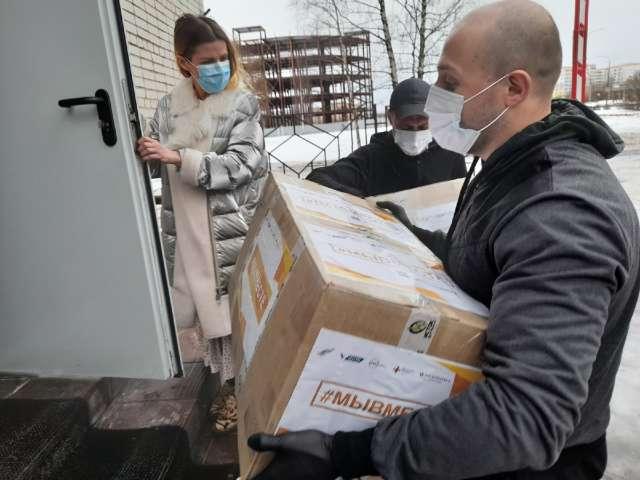 Новгородские активисты ОНФ уже в третий раз передают медицинским учреждениям областного центра бесплатные СИЗы.