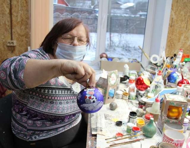 Ёлочные украшения из Крестец поступают на прилавки магазинов многих городов России.
