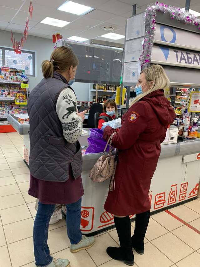 В Новгородской области продолжаются рейды по соблюдению масочного режима на предприятиях торговли, точках общественного питания, бытового обслуживания.