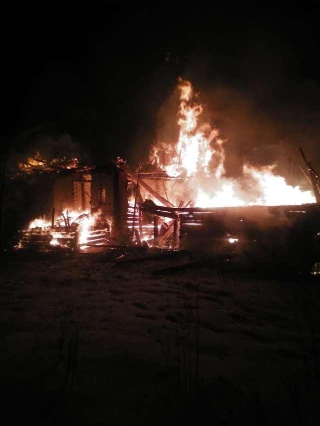 На момент прибытия открытым пламенем горела кровля жилого дома и хозпостройки, расположенные вблизи