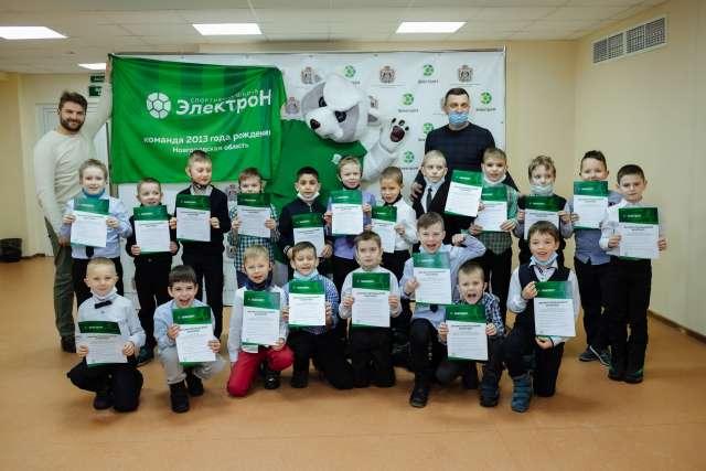 Для 20 мальчишек, подписавших контракты с «Электроном», прошла церемонии посвящения в футболисты