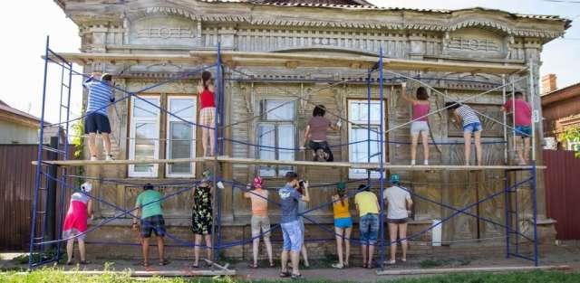 Проект по сохранению исторической среды «Том Сойер фест» был придуман в 2015 году в Самаре, чтобы силами волонтёров восстановить несколько деревянных домов, не имеющих статуса объекта культурного наследия: покрасить стены, заменить ветхие декоративные детали новыми.