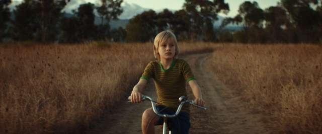 «Наш» — это еще и отец всех детей: «фильм основан на личной истории режиссера, но в то же время и на коллективных воспоминаниях всех детей тех лет»