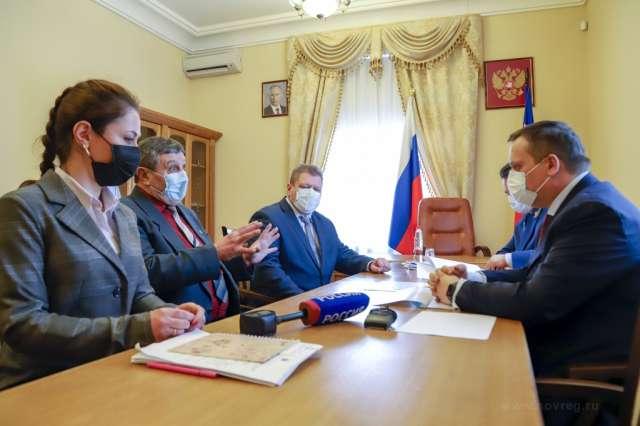 Руководитель шимского отделения движения «Юнармия» Александр Винтер рассказал губернатору, что юнармейцам в школе искусств выделено помещение. Однако зданию требуется капитальный ремонт